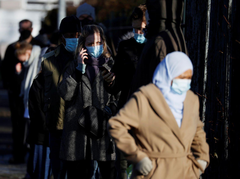 Pessoas fazem fila para o exame de covid-19 em um laboratório em Manchester, no Reino Unido, nesta quarta-feira.
