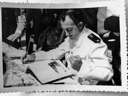 Dalí vestido de almirante para ver Franco em 1955.