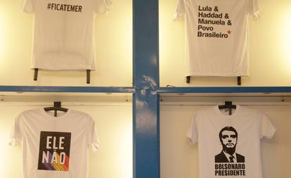 Camisetas com motivos políticos, no Rio de Janeiro.