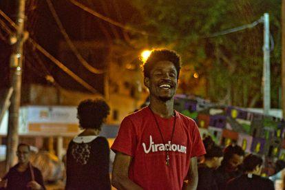 O comunicador social Alessandro Conceição participa de espetáculo no Complexo do Viradouro, em Niterói, em foto de arquivo.