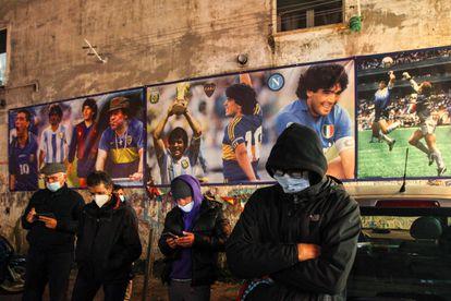 Fãs do craque argentino se reúnem no local conhecido como Esquina de Maradona em Nápoles, na Itália, após a notícia da morte do ídolo.