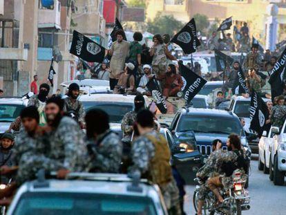 Combatentes do ISIS em Raqa, em uma imagem de junho de 2014.