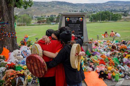 Familiares de internos de Mosakahiken em frente a um memorial pelas vítimas, em 4 de junho de 2021.