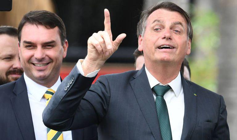 O senador Flávio Bolsonaro e o presidente Jair Bolsonaro em novembro passado, em Brasília.