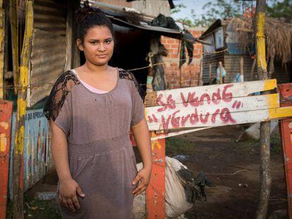 A jovem de pé é Carla Vanesa Calderón, de 17 anos, abusada quando tinha 14.