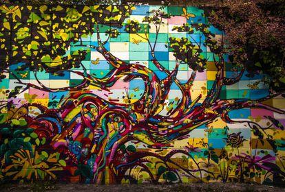 São Paulo é - ou ao menos já foi - um verdadeiro museu do grafite a céu aberto. O Beco do Batman, localizado em uma travessa entre as ruas Luís Murat e Aspicuelta, na Vila Madalena, representa um importante mobiliário deste acervo. Ali estão espalhados grafites de diversos estilos e cores em paredes que formam uma galeria de arte no asfalto de um dos bairros mais boêmios da cidade. O local já é tão turístico que há visitas guiadas agendadas periodicamente. No ano passado, as vias foram interditadas para os carros, para facilitar a circulação dos visitantes, e receberam iluminação de LED, para que as obras possam ser vista também durante a noite. Nada mais paulistano.
