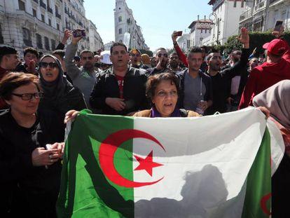 Manifestantes durante os protestos na sexta-feira contra Buteflika, em Argel.
