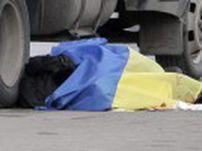 Em Jarkov, bomba escondida na neve e colocada na rota de passeata em homenagem ao Maidan mata um policial e um ativista