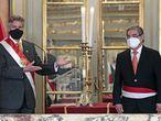 AME5575. LIMA (PERÚ), 13/02/2021.- Fotografía cedida hoy por la Presidencia del Perú que muestra al mandatario, Francisco Sagasti (i), mientras presenta al nuevo ministro de Salud, Óscar Ugarte (d), durante su juramentación en el Palacio de Gobierno, en Lima (Perú). EFE/Presidencia del Perú /SOLO USO EDITORIAL /SOLO DISPONIBLE PARA ILUSTRAR LA NOTICIA QUE ACOMPAÑA (CRÉDITO OBLIGATORIO)