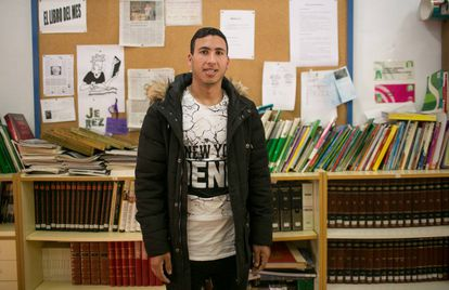 O marroquino Hicham Aidami posa no instituto de Jerez onde estuda para obter o diploma escolar. Ele é lateral-direito do Alma da África.