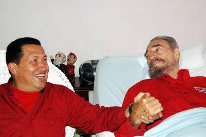 Hugo Chávez e Fidel Castro, em um hospital de Havana em 2006.