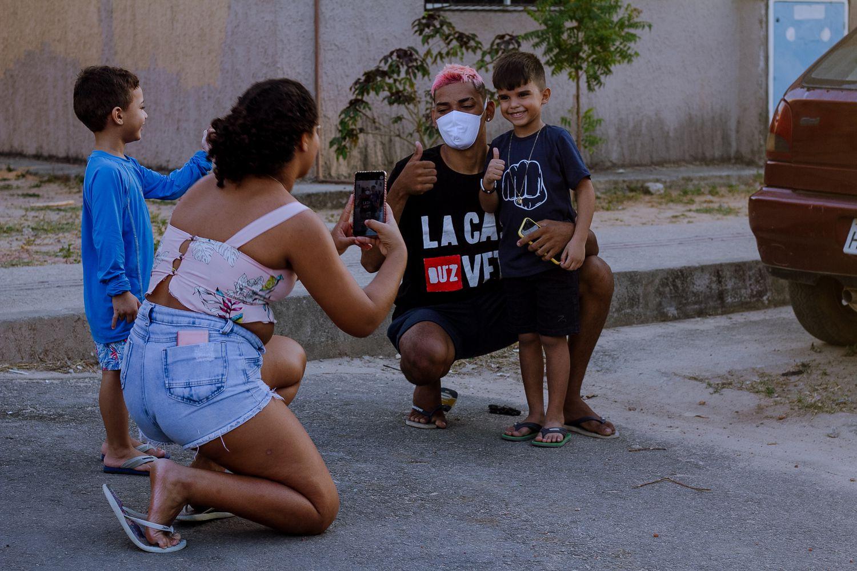 Pobretion posa para fotos com crianças.