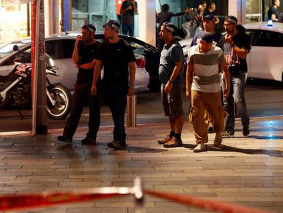 Pessoal de segurança israelense na área onde aconteceu o tiroteio na quarta-feira.