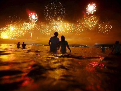 Casal assiste os fogos do réveillon de Copacabana nesta sexta.