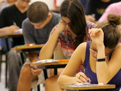 Jovens fazem uma prova no Brasil.