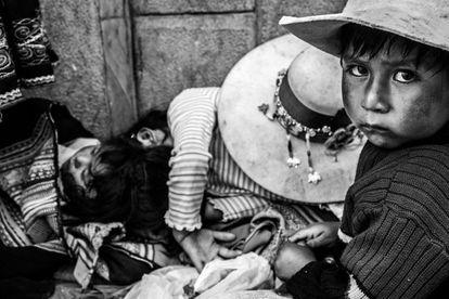 """""""Os distritos limítrofes, como o de Cochabamba, acolhe muitas das pessoas que emigram da região de Potosí, ali também um bom número delas se dedica à indigência. Para muitos menores mendigar é uma prática comum. Quando vi a esta criança me impactou muito seu olhar, que, imensamente triste, te atravessava como um ferrão""""."""