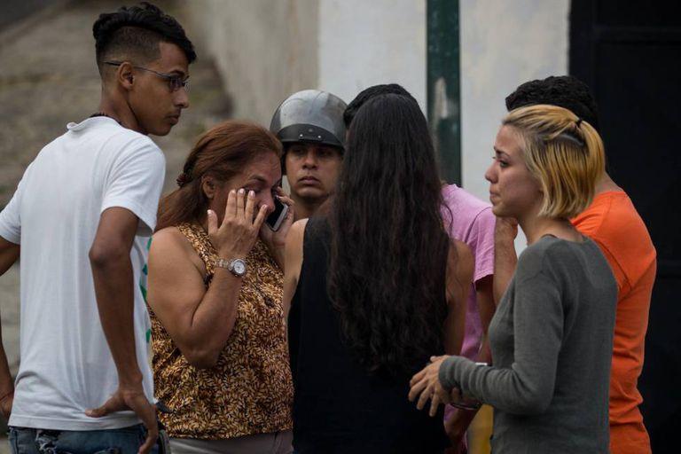 A mãe do ex líder estudantil Lorent Saleh espera a saída de seu filho do Sebin