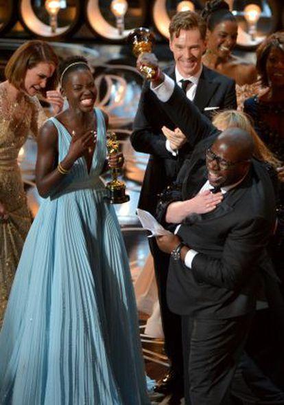 Lupita Nyong'ou celebra com a equipe de '12 anos de escravidão' seu Oscar.