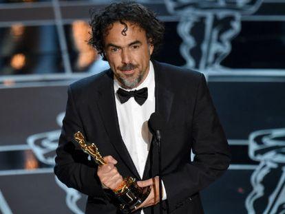 Alejandro González Iñárritu recebe o Oscar a melhor diretor.