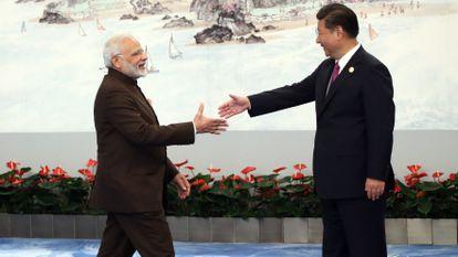 O primeiro-ministro indiano, Narendra Modi, cumprimenta o presidente chinês, Xi Jinping, em setembro de 2017, em Xiamen, China.