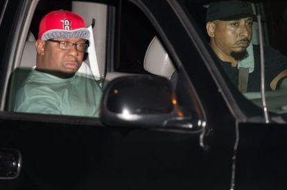 Bobby Brown, pai de Bobbi Kristina, sai do hospital depois de receber a notícia da morte de sua filha.