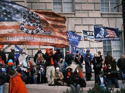 Membros do grupo de extrema direita Proud Boys seguem para o Capitólio, em 6 de janeiro.