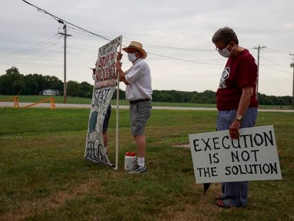 Protesto contra a execução de um réu com injeção letal, em julho, diante da prisão de Terre Haute, no Estado de Indiana