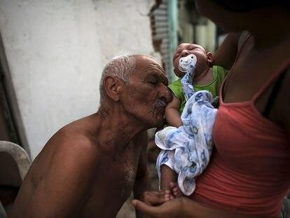 Um bisavô beija seu bisneto, nascido com microcefalia devido ao vírus do zika, em Recife (Brasil), em 9 de fevereiro de 2016.