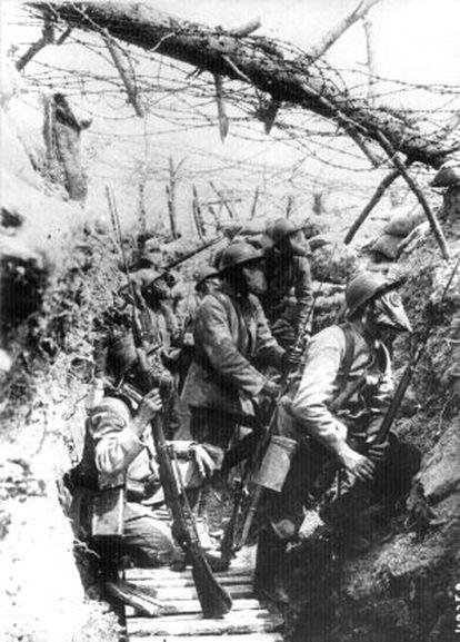 Soldados franceses com máscaras antigás, nas trincheras.