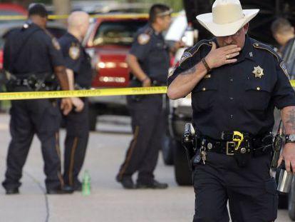 Um policial na cena de um crime em Houston, em 9 de agosto.