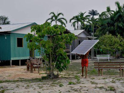 Painéis solares na região brasileira do Amazonas.
