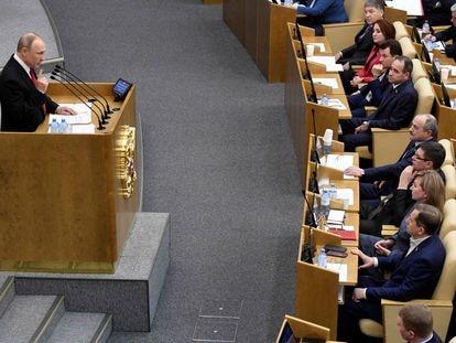 Putin se dirige aos membros da Duma, o legislativo russo, em 10 de março.