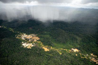 Sobrevoo regista áreas de garimpos ilegais dentro da Terra Indígena Yanomami, em Roraima, em abril de 2021.