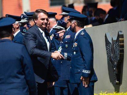 Jair Bolsonaro cumprimenta militares da Aeronáutica durante celebração de 80 anos da Força Aérea Brasileira em 20 de janeiro de 2021.