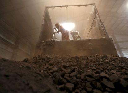 Descarregamento de carvão na cidade de Ahmedabad, na Índia.