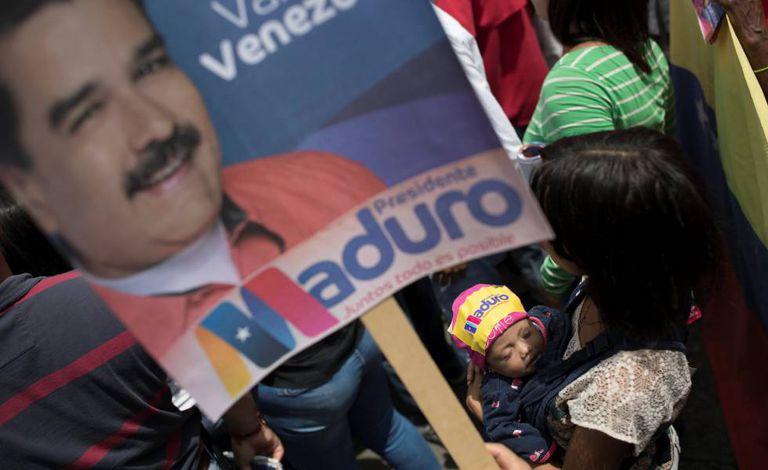 Cartaz de Maduro num comício em Caracas.