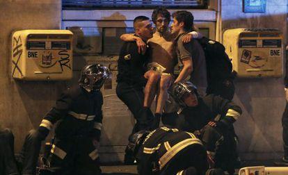 Bombeiros franceses socorrem um ferido nesta sexta-feira em Paris.