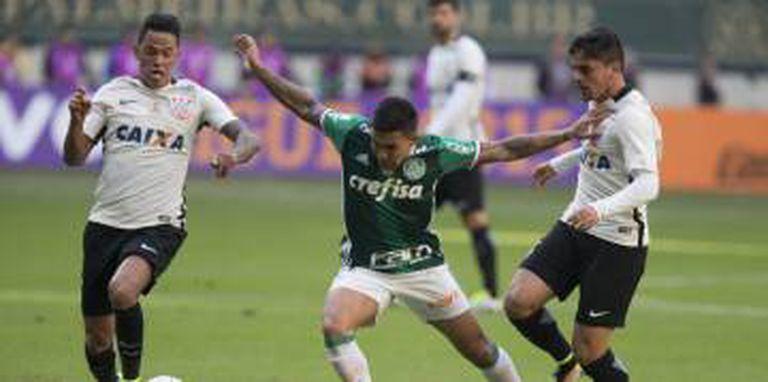 Atletas de Corinthians e Palmeiras em disputa do clássico paulista.