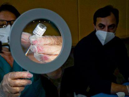 Enfermeira prepara uma dose da vacina AstraZeneca em Nápoles (Itália), nesta terça-feira.