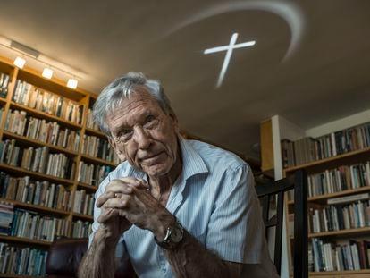 O escritor Amos Oz em sua casa em Arad (Israel).