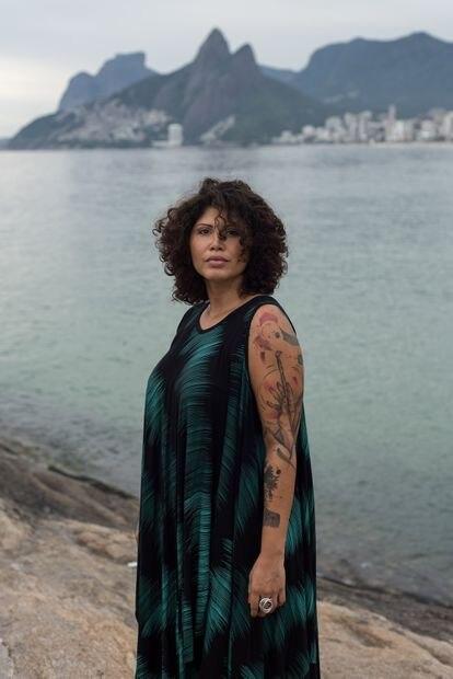 A guia turística Tatiane Araújo da Silva, de 36 anos, na Pedra do Arpoador, na Zona Sul do Rio, aonde costumava levar turistas antes da pandemia.