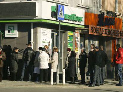 Pessoas fazem fila para tirar dinheiro de um banco em Simferopol.