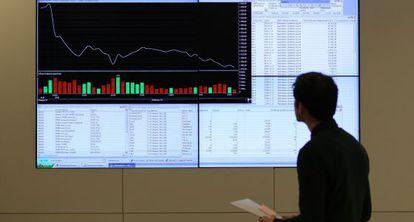 Um empregado observa um gráfico dos valores de Moscou.