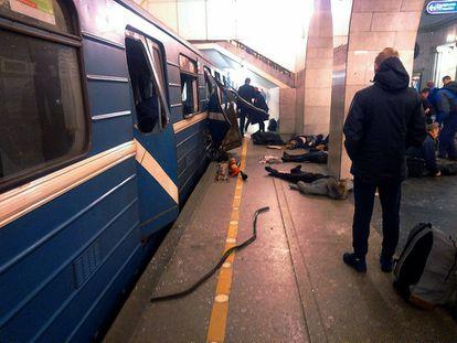 Várias vítimas da explosão no metro de São Petersburgo permanecem no chão da plataforma da estação.