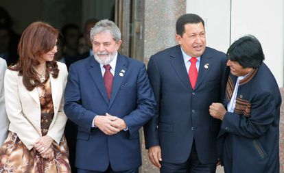 Cristina Kirchner, Luiz Inácio Lula da Silva, Hugo Chávez e Evo Morales, presidentes de Argentina, Brasil, Venezuela e Bolívia, respectivamente, em Cúpula do Mercosul em 2007.