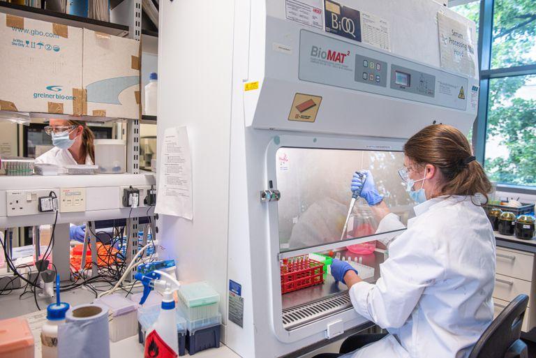 Cientista processa o soro da vacina nos laboratórios da Universidade de Oxford, no Reino Unido, em junho de 2020.
