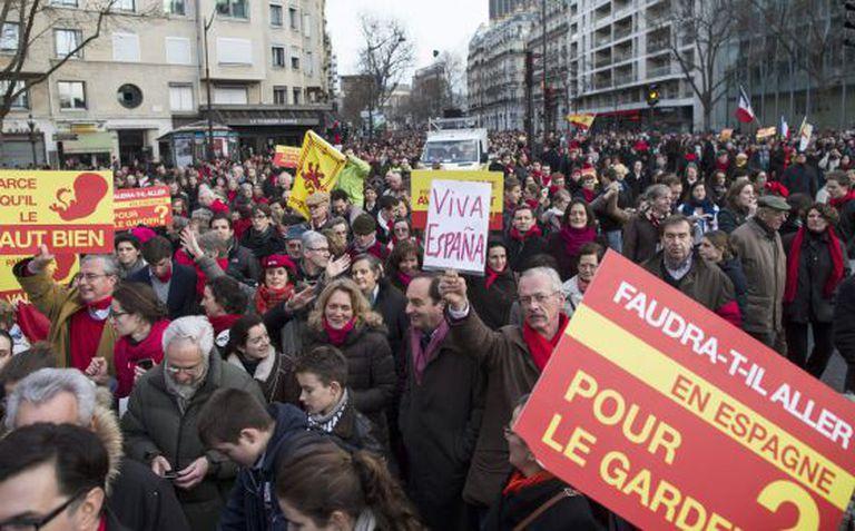 Manifestantes antiaborto este domingo em Paris. / IAN LANGSDON (EFE)