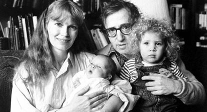 Mia Farrow e Woody Allen com Ronan -o bebê- e Dylan.