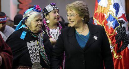 Bachelet em una cerimónia mapuche no Palácio de La Moneda.