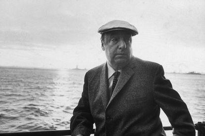O poeta chileno Pablo Neruda apoiado em um barco durante a 34ª excursão anual do PEN pela cidade de Nova York em 1966.